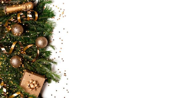 Праздничный новогодний фон. рождественские и новогодние украшения, елка и огни боке. горизонтальный вид сверху copyspace