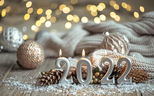 数字の形でキャンドルとお祝いの新年の背景