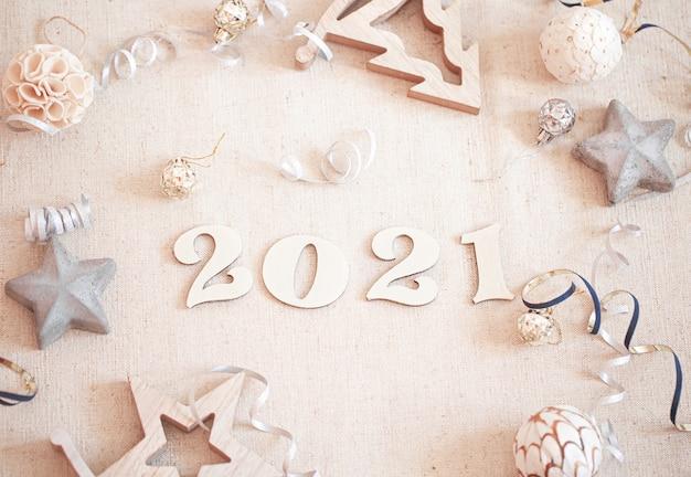 Праздничная новогодняя композиция с новым годом и деталями декора, вид сверху.