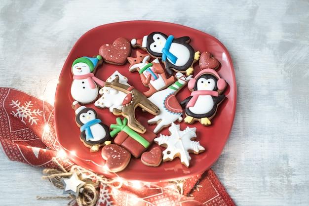 Праздничные новогодние пряники на тарелке с декором.