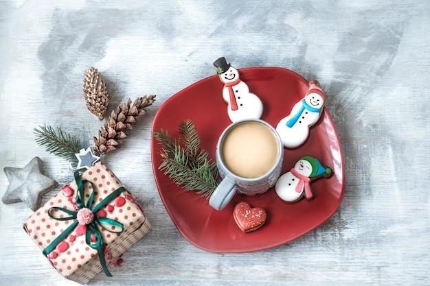 Pan di zenzero festivo di nuovo anno su un piatto con decorazioni.