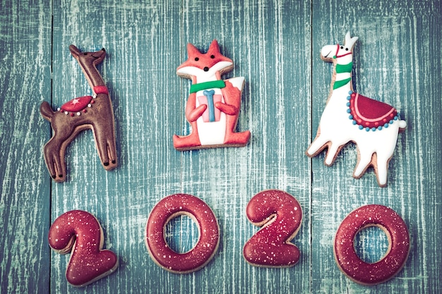 Pan di zenzero festivo di nuovo anno su una parete di legno.
