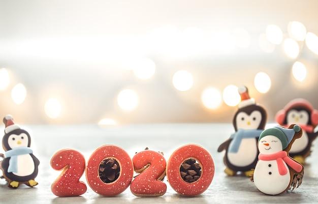 お祝いの新年のライトとジンジャーブレッド。