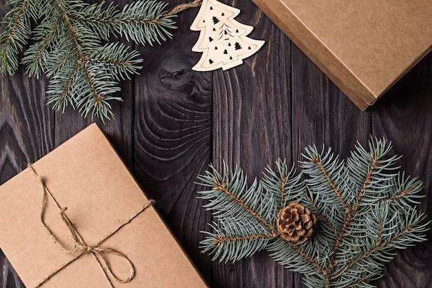 공예 종이 선물과 푸른 가문비나무 가지로 만든 축제 새해