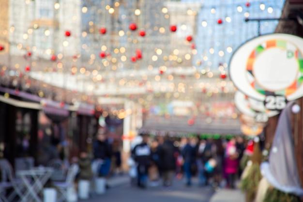 お祝いの新年の通りは焦点が合っていません。クリスマスの装飾の街の通り。