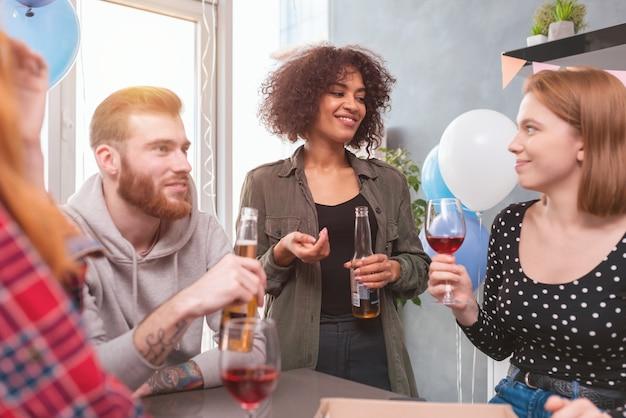 집에서 다민족 친구들 사이의 축제 파티