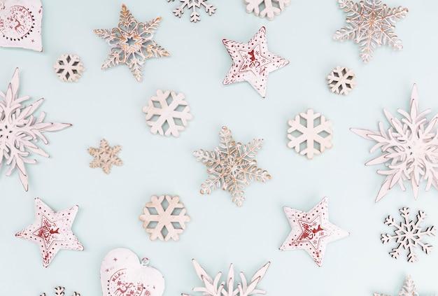 Праздничный пастельный фон. рождественские звезды и сияющий блеск, конфетти на пастельном фоне. новогодний фон, плоская планировка. Premium Фотографии
