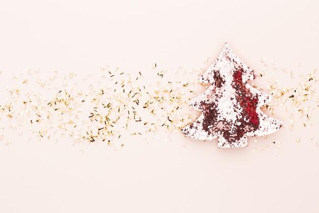 Праздничный пастельный фон. рождественские звезды и сияющий блеск, конфетти на пастельном фоне. рождество. свадьба. день рождения. день святого валентина. плоская планировка.
