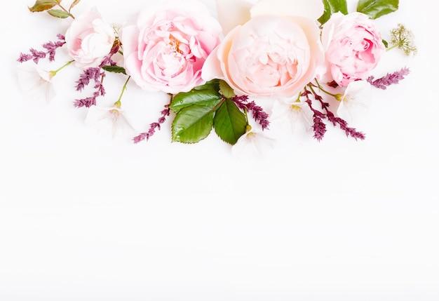 白い背景の上のお祝いのピンクの花イングリッシュローズの構成。俯瞰上面図、フラットレイ。スペースをコピーします。誕生日、母、バレンタイン、女性、結婚式の日のコンセプト。