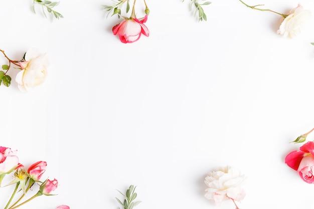 흰색 바탕에 축제 분홍색 꽃 영어 장미 구성. 오버 헤드 평면도, 평면 누워. 공간을 복사합니다. 생일, 어머니, 발렌타인, 여성, 결혼식 날 컨셉입니다.