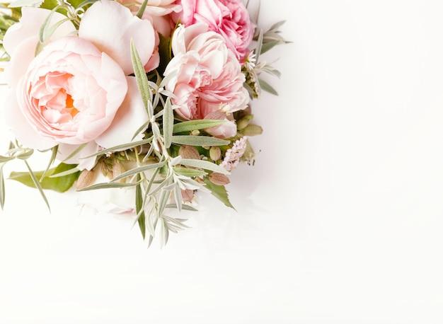 흰색 바탕에 축제 분홍색 꽃 영어 장미 구성입니다. 오버 헤드 평면도, 평면 누워. 공간을 복사합니다. 생일, 어머니, 발렌타인, 여성, 결혼식 날 컨셉입니다.