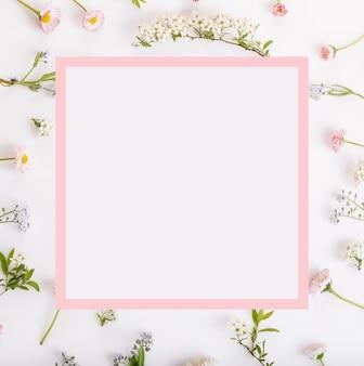 축제 핑크 꽃 프레임, 흰색 바탕에 구성. 오버 헤드 평면도, 평면도, 정사각형. 공간을 복사합니다. 생일, 어머니, 발렌타인, 여성, 결혼식 날 개념