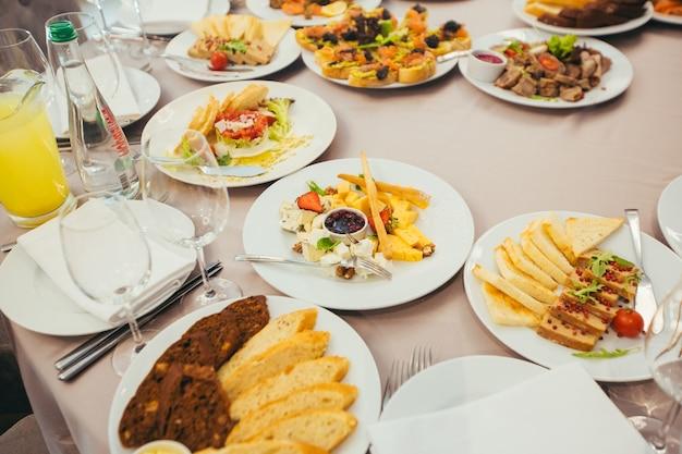 레스토랑에서 축제 예약 식탁