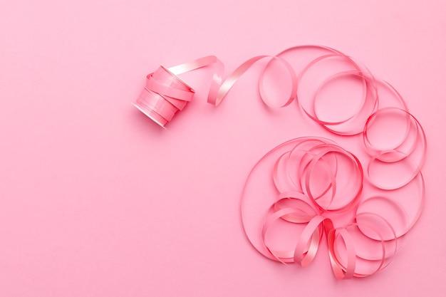 ピンクの背景にお祝いリボン