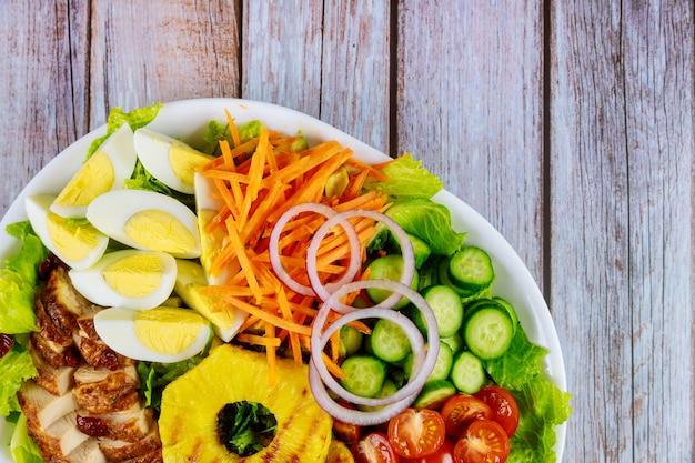 野菜、卵、鶏の胸肉のお祝いサラダ。