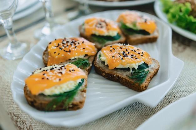Праздничный соленый буфет, рыба, мясо, чипсы, сырные шарики и другие блюда для празднования свадеб и других мероприятий