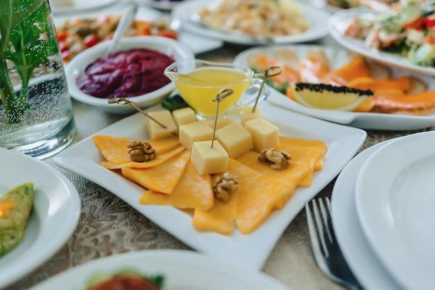 お祝いの塩辛いビュッフェ、魚、肉、チップス、チーズボール、結婚式やその他のイベントを祝うためのその他の料理