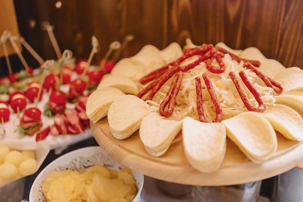 Праздничный соленый буфет, рыба, мясо, чипсы, сырные шарики и другие блюда для празднования свадьбы