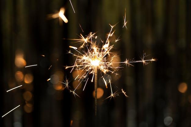 暗闇の中でお祝いの光沢のあるスパークラー