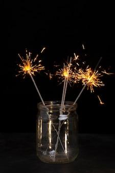 瓶の中のお祝いの光沢のある線香花火