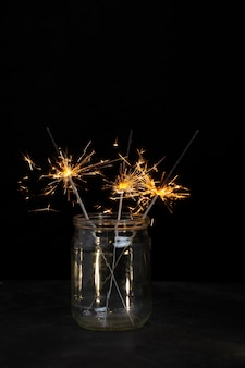 瓶の中のお祝いの光沢のある線香花火 無料写真