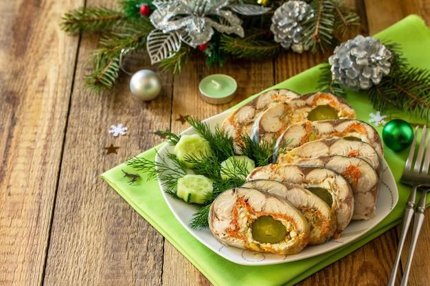 お祝いのおやつチーズの卵とキュウリのピクルスを詰めた焼き鯖ロールコピースペース