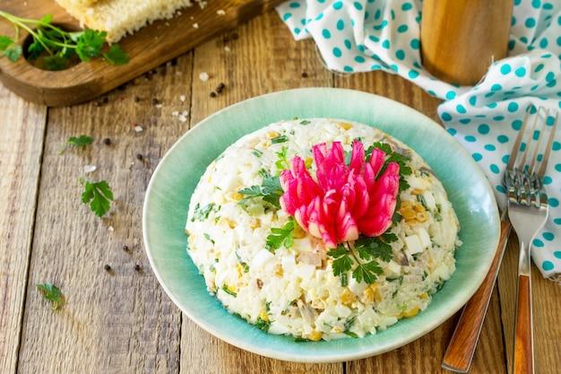 イースターテーブルのお祝いスナックライスオニオンエッグコーンとマッシュルームのサラダ