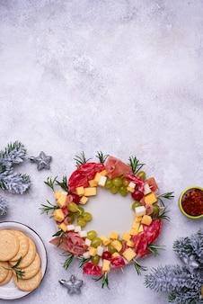 クリスマスリースの形をしたお祭りスナックと前菜プレート
