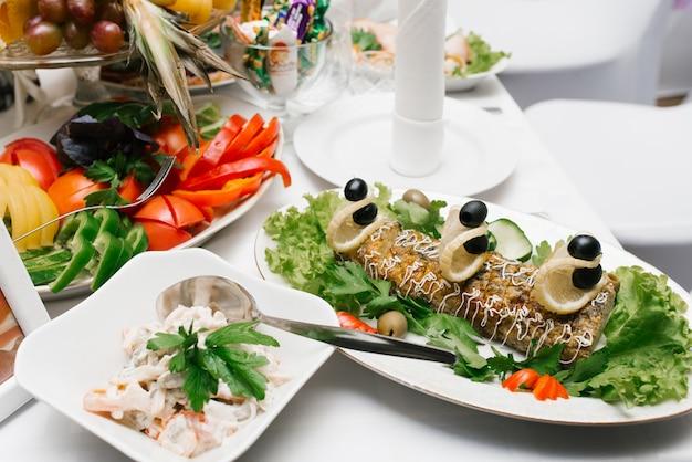 Праздничные закуски на банкетном столе