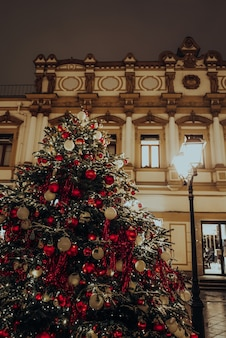 Праздничные сверкающие гирлянды и блестящие украшения с елкой как символ нового года