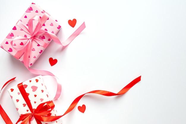 白い背景の上のギフトボックスとお祝いの聖バレンツの日のコンセプト。上面図、コピースペース。