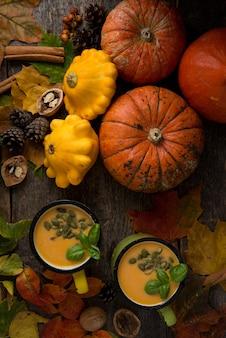 Праздничный натюрморт на день благодарения с традиционными продуктами, тыквой, специями, осенними листьями, тыквенным супом, вид сверху