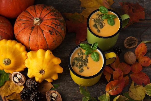 Праздничный натюрморт на день благодарения с традиционными продуктами, тыквой, специями, осенними листьями, тыквенным супом