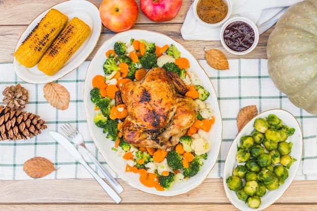 食べ物で覆われたお祭りテーブル