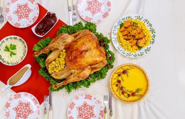 感謝祭のディナーにはお祝いのテーブルが用意されています。上面図。