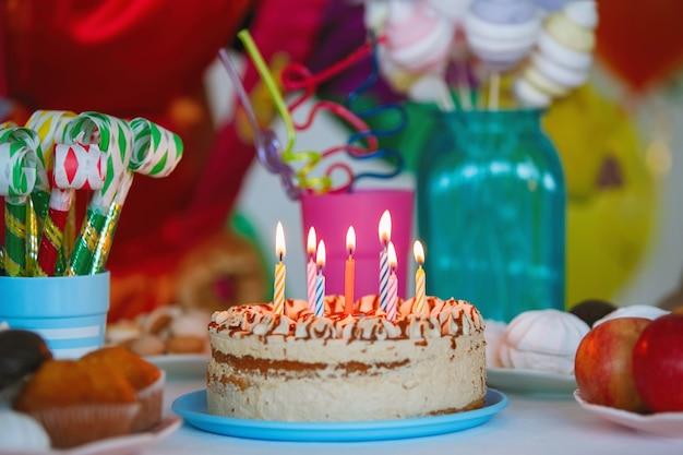 子供の誕生日のためのお祝いのテーブルセッティング