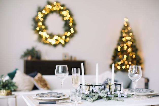 クリスマスと新年のお祝いのテーブルセッティング
