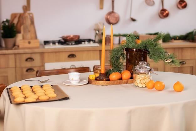 自宅でのクリスマスディナーのためのお祝いのテーブルセッティング