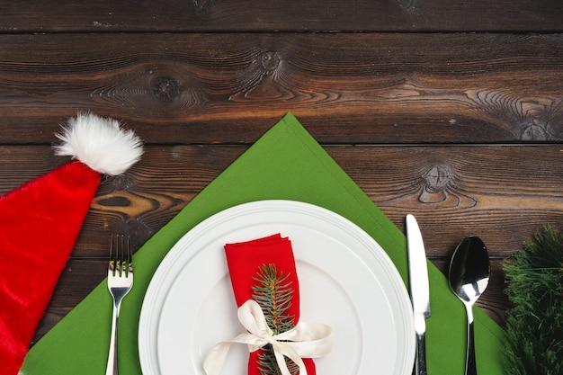 クリスマスディナーのトップビューのためのお祝いのテーブルセッティング
