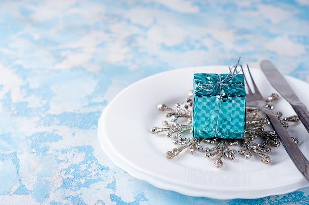 クリスマスのお祝いのテーブルの設定
