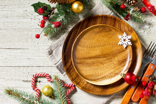 休日のクリスマスの装飾プレートとお祝いのテーブルのお祝いのテーブルの設定上面図