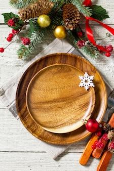 お祝いのテーブルの上の休日のクリスマスの装飾プレートのためのお祝いのテーブルの設定上面図