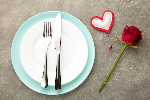 灰色の背景にバレンタインデーのお祝いテーブルの設定。上面図