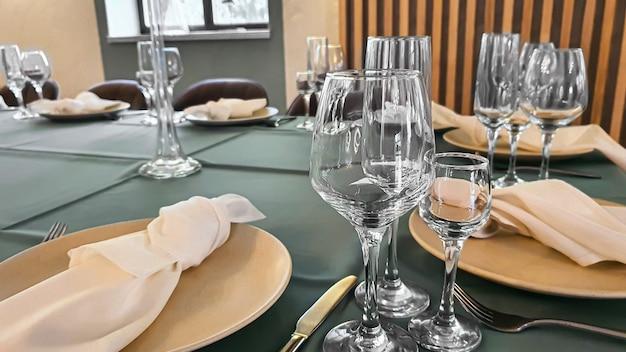 Сервировка праздничного стола в ресторане. подготовка к свадьбе. выборочный фокус.