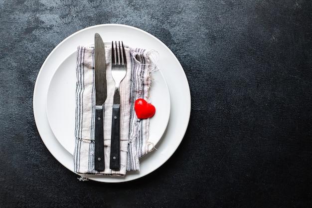 Сервировка праздничного стола, вилка, нож, ужин на день святого валентина