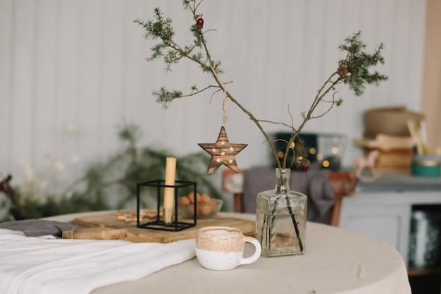 Сервировка праздничного стола с украшениями на рождество и новый год