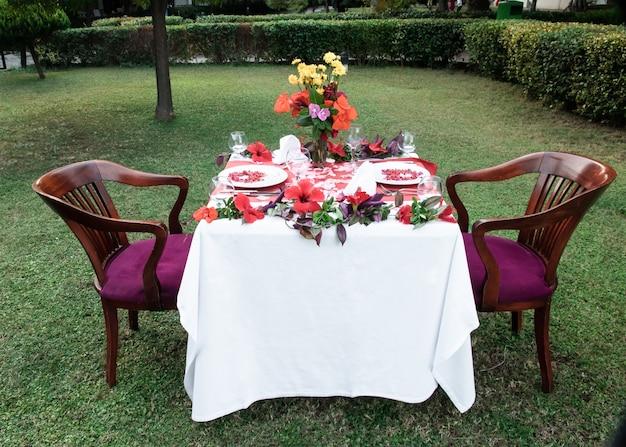 결혼식이나 발렌타인 데이를위한 꽃과 과일로 축제 테이블 설정