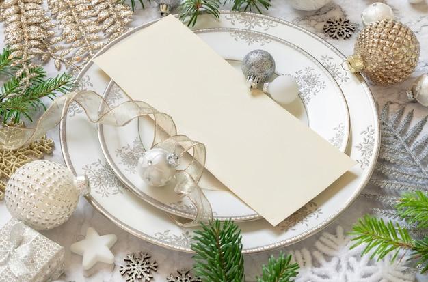 Сервировка праздничного стола с украшениями и еловыми ветками макет рождественской или новогодней открытки