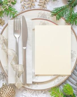 装飾品とモミの木の枝の上面図とお祝いのテーブルの設定