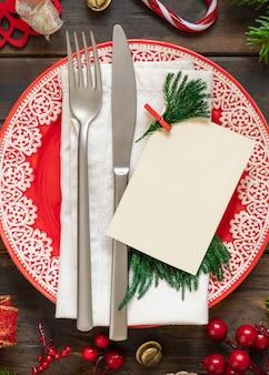 장신구 전나무 나뭇가지와 빈 카드 평면도가 있는 축제 테이블 설정